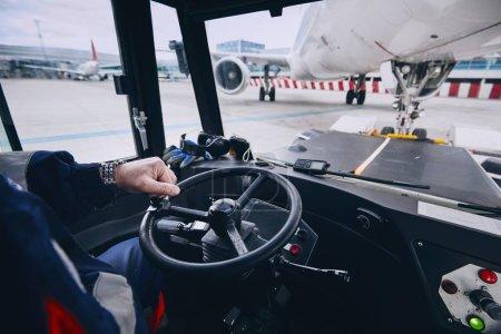 Photo pour Journée bien remplie à l'aéroport. Équipe au sol préparer l'avion avant le vol. Pousser l'arrière de l'avion vers la voie de circulation. Industrie du tourisme et des concepts. - image libre de droit