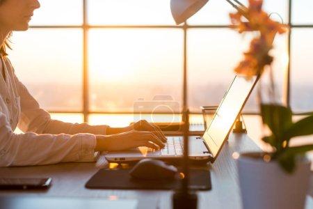 Photo pour Femme d'affaires adulte travaillant à la maison à l'aide d'un ordinateur, étudiant des idées d'affaires sur un écran PC en ligne - image libre de droit