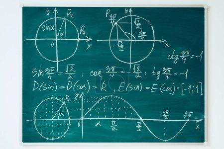 Photo pour Leçon de mathématiques de l'école. Trigonométrie. Graphes de fonction tableau noir - image libre de droit