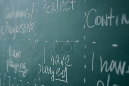 Photo pour Apprendre la grammaire anglaise. Tableau, leçon de classe - image libre de droit