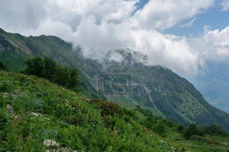 Photo pour Paysage estival naturel avec nuages et montagne en arrière-plan - image libre de droit