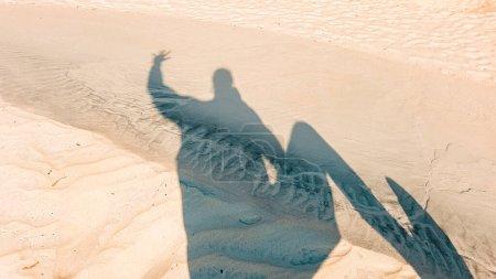 Photo pour Silhouette d'ombre dansante sur le dessert, montrant le concept de bonheur, de bien-être et d'insouciance - image libre de droit
