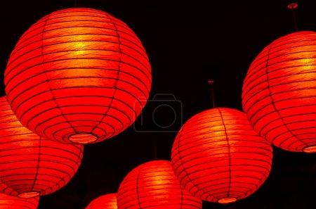 Photo pour Les lanternes rouges chinoises sont symboliques de leurs origines religieuses et culturelles. Lanternes en papier rouge. Souvent présenté au Nouvel An chinois, au festival de la lune et au festival des lanternes - image libre de droit