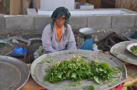 Photo pour Vue des personnes omani dans le marché aux poissons quotidien de Barka, Oman - image libre de droit