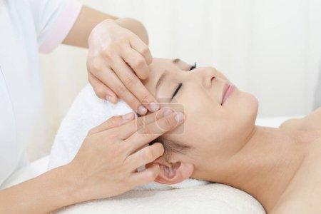 Photo pour Belle jeune femme recevant un massage facial - image libre de droit