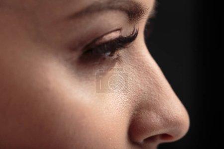 Photo pour Photo macro agrandi des yeux de femme avec de longs cils et le maquillage naturel - image libre de droit
