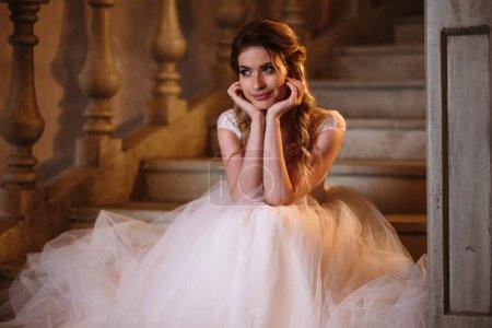 Photo pour Belle mariée blonde femme dans une robe de mariée magnifique, portrait de beauté de mode - image libre de droit