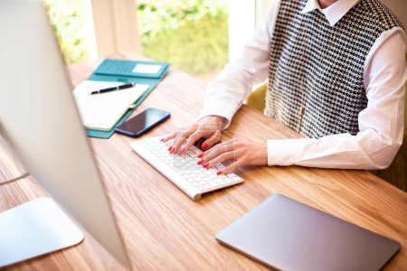 Photo pour Mains de femme d'affaires travaillant sur ordinateur - image libre de droit