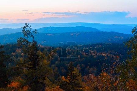Photo pour Paysage de montagne en soirée. Montagnes rochers arbres contre le soleil couchant. Piliers de réserve de parc national de Krasnoïarsk . - image libre de droit
