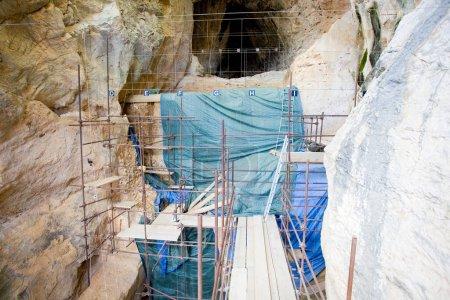 Photo pour Site de Caune de l'Arago (France), où des fossiles et des outils en pierre d'Homo heidelbergensis (Homo neanderthalensis précoce) ont été trouvés . - image libre de droit