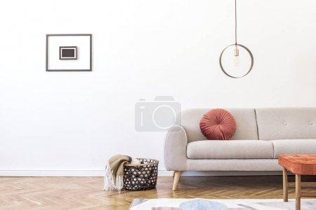 Photo pour Élégant salon minimaliste avec canapé gris design, lampe géométrique, appuie-pieds rétro, panier avec couverture et accessoires élégants Mock up affiches cadre sur les murs blancs. Décor minimaliste à la maison. - image libre de droit