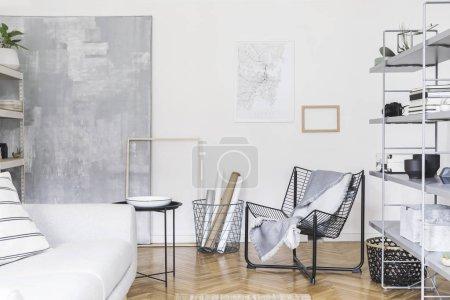 Photo pour Intérieur scandinave à la maison avec le stand gris avec des accessoires, le sofa gris de conception, la table basse et le mobilier moderne. Espace ouvert et salon pour artiste, pigiste, designer. Cadre d'affiche de maquette - image libre de droit
