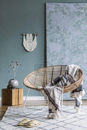 Photo pour Intérieur minimaliste élégant du salon avec le fauteuil de rotin de conception et les accessoires élégants. Couleur d'eucalyptus de mur. Espace de copie - image libre de droit