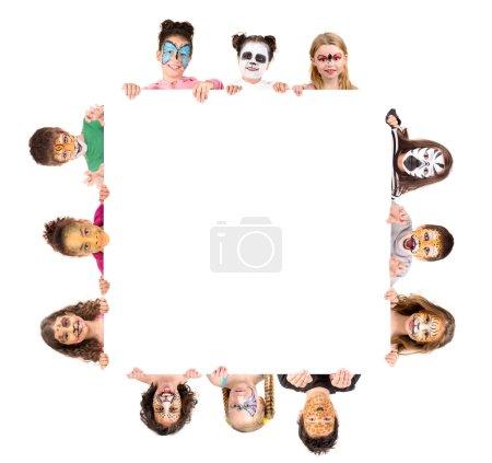 Photo pour Groupe d'enfants avec peinture faciale animale sur un tableau blanc - image libre de droit