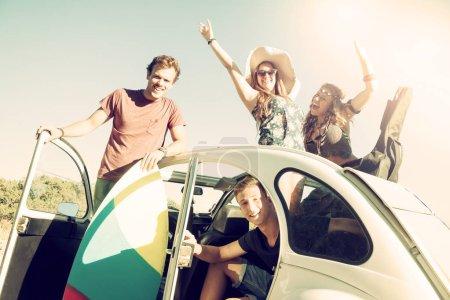 Photo pour Groupe de personnes heureuses dans une voiture en été prêt pour un road trip . - image libre de droit