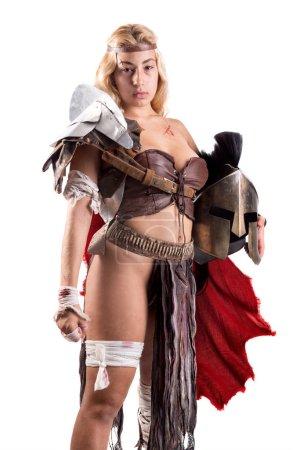 Photo pour Guerrière antique ou Gladiator posant avec épée et bouclier, isolé en blanc - image libre de droit
