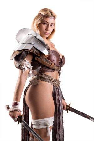 Photo pour Ancienne guerrière ou Gladiateur posant avec épée et bouclier, isolée en blanc - image libre de droit
