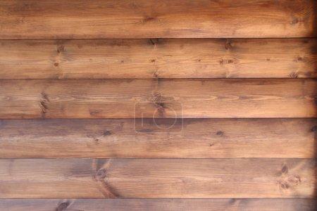 Photo pour Mur brun d'une maison en bois d'une maison de quartier - image libre de droit