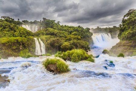 Photo pour Catarates de Foz do Iguazu, à Paran, l'une des plus grandes merveilles naturelles du monde moderne - image libre de droit