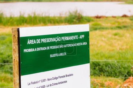 Photo pour 4 octobre 2019, Brésil. Panneau d'aire de conservation permanente - APP - Site protégé par la loi pour la préservation des ressources en eau et de la biodiversité - Concept et écologie - Pantanal - Amazonie . - image libre de droit