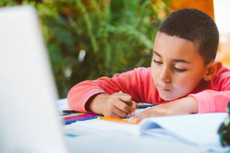 Photo pour Cours d'école à domicile pour enfants - image libre de droit