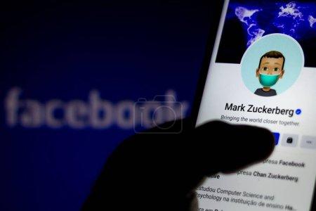 Photo pour 10 juillet 2020, Brésil. Dans cette illustration photo le profil du créateur Facebook Mark Zuckerberg vu affiché sur un smartphone - image libre de droit