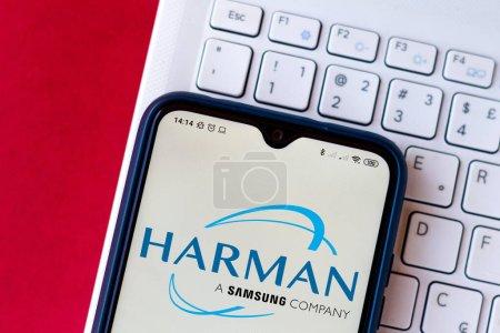 Photo pour 13 juillet 2020, Brésil. Sur cette photo, le logo Harman International Industries affiché sur un smartphone - image libre de droit