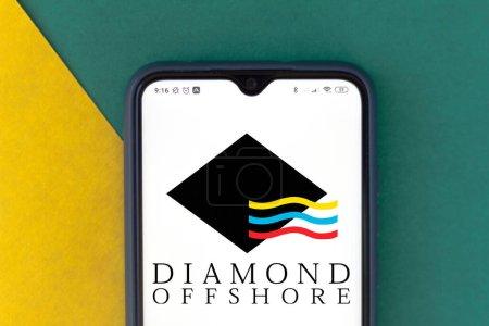 Photo pour 16 juillet 2020, Brésil. Dans cette illustration photo le logo Diamond Offshore Drilling vu affiché sur un smartphone - image libre de droit