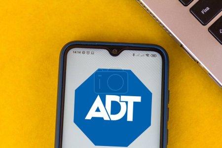 Photo pour 16 juillet 2020, Brésil. Dans cette illustration photo, le logo ADT affiché sur un smartphone - image libre de droit
