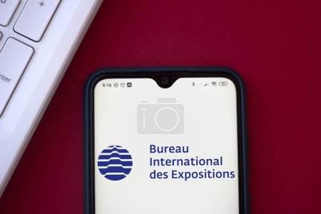 Photo pour 19 juillet 2020, Brésil. Sur cette photo, le logo du Bureau International des Expositions (BIE) affiché sur un smartphone - image libre de droit