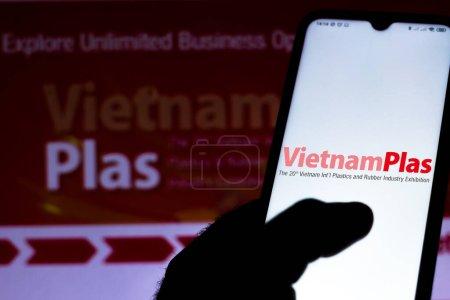 Photo pour 19 juillet 2020, Brésil. Dans cette illustration photo, le logo VietnamPlas 2020 affiché sur un smartphone - image libre de droit