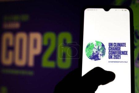 Photo pour 19 juillet 2020, Brésil. Sur cette photo, le logo 2021 de la Conférence des Nations Unies sur les changements climatiques (COP26) affiché sur un smartphone - image libre de droit