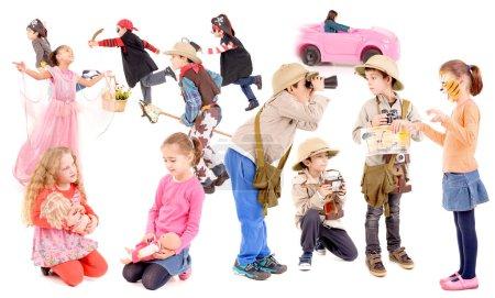 Groupe de petits enfants jouant isolé en blanc