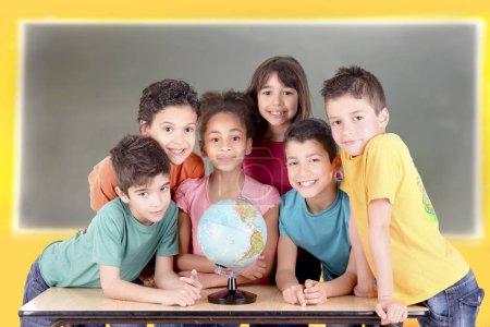 Photo pour Groupe d'enfants isolés en fond blanc à l'école - image libre de droit