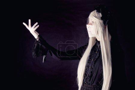 Photo pour Poupée humaine effrayante isolée sur un fond sombre - image libre de droit