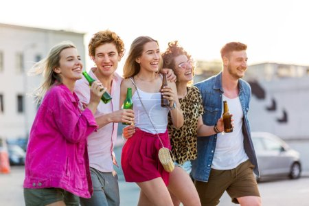 Foto de Grupo de amigos bebiendo cerveza juntos - Imagen libre de derechos