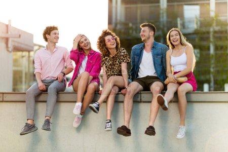 Foto de Grupo de amigos divirtiéndose al aire libre - Imagen libre de derechos