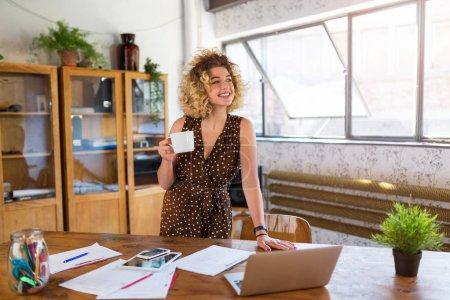 Photo pour Portrait de femme d'affaires créative confiant au bureau - image libre de droit