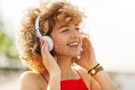 Photo pour Portrait de jeune femme portant un casque - image libre de droit