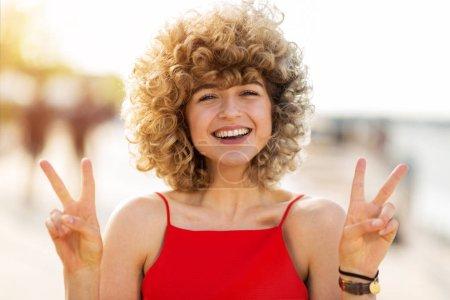 Foto de Retrato de mujer joven con el pelo rizado - Imagen libre de derechos