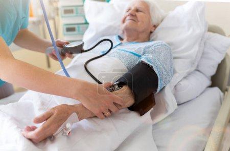 Photo pour Patient âgé et infirmière à l'hôpital - image libre de droit