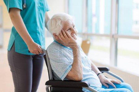 Photo pour Femme âgée en fauteuil roulant avec infirmière à l'hôpital - image libre de droit