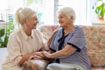 Photo pour Femme passant du temps avec sa mère âgée - image libre de droit