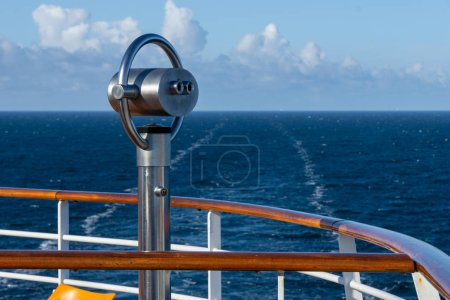 prismáticos en la cubierta de un crucero - vista desde la parte trasera