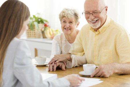 Photo pour Heureux homme senior et son épouse la conversation avec un conseiller financier sur un prêt - image libre de droit