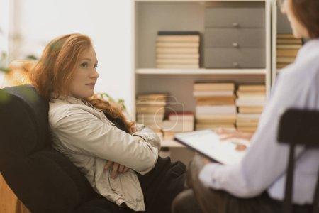Photo pour Femme stressée à l'écoute de coach de vie personnelle pendant la thérapie - image libre de droit
