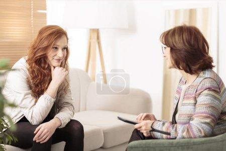 Photo pour Femme souriante parlant à un entraîneur de bien-être pour trouver la motivation pour atteindre les objectifs de santé physique - image libre de droit
