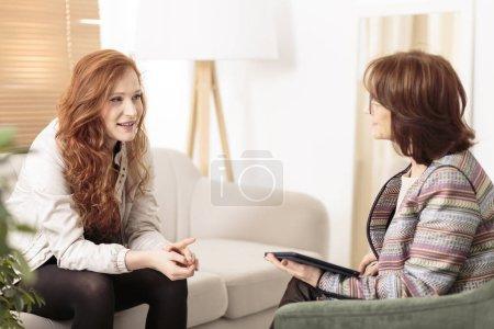 Photo pour Thérapeute amical soutien femme rousse sur la façon de gérer les objectifs de santé et de la vie - image libre de droit