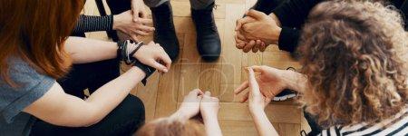 Photo pour Vue de la forte inclinaison des mains de personnes en thérapie de groupe, parler et soutenir les uns les autres - image libre de droit