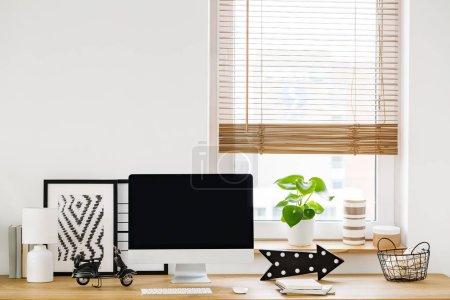 Foto de Primer plano en un interior de área de trabajo minimalista, blanco por una ventana con un ordenador moderno y simple decoración en un escritorio de madera - Imagen libre de derechos